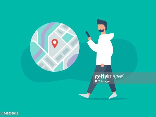 abbildung der person zu fuß während der verwendung von telefon mit navigations-app - gps stock-grafiken, -clipart, -cartoons und -symbole
