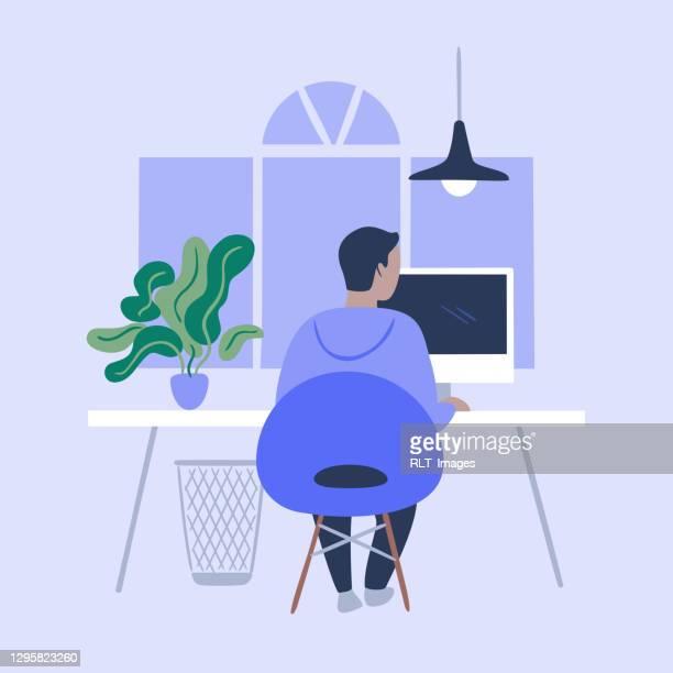 illustrazioni stock, clip art, cartoni animati e icone di tendenza di illustrazione di una persona che lavora in un ufficio moderno ordinato - usare il computer