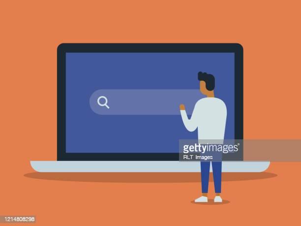 illustrations, cliparts, dessins animés et icônes de illustration du jeune homme et de l'ordinateur portable géant avec la barre de recherche d'internet sur l'écran - génération du millénaire
