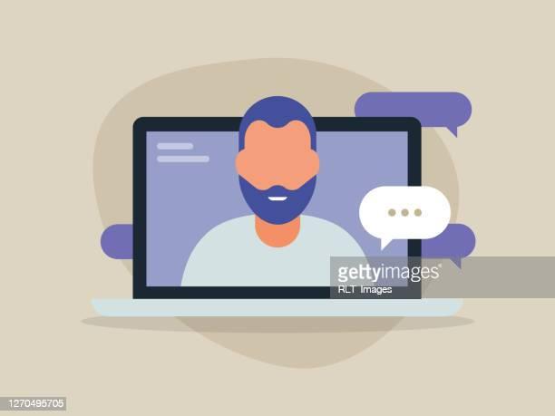 illustrazioni stock, clip art, cartoni animati e icone di tendenza di illustrazione di un giovane che discute sullo schermo del computer portatile - video chiamata