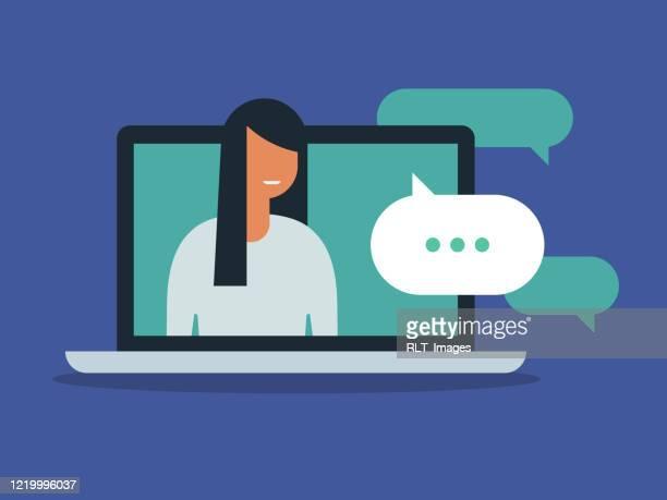 illustrations, cliparts, dessins animés et icônes de illustration de la jeune femme ayant la discussion sur l'écran d'ordinateur portatif - génération du millénaire