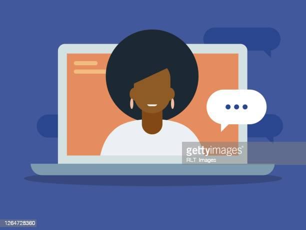 illustrations, cliparts, dessins animés et icônes de illustration de jeune femme ayant la discussion sur l'écran d'ordinateur portatif - génération du millénaire