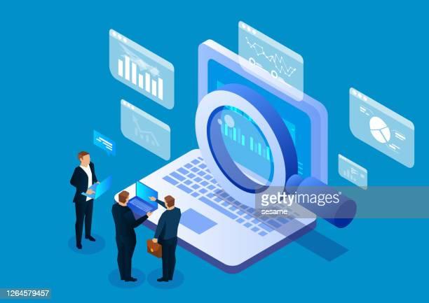 ilustraciones, imágenes clip art, dibujos animados e iconos de stock de tecnología de búsqueda en red de internet, los empresarios usan la lupa para buscar en computadoras portátiles - lupa instrumento óptico