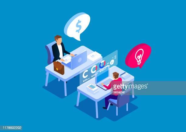 investoren und kreative anbieter sitzen und diskutieren - laptop benutzen stock-grafiken, -clipart, -cartoons und -symbole