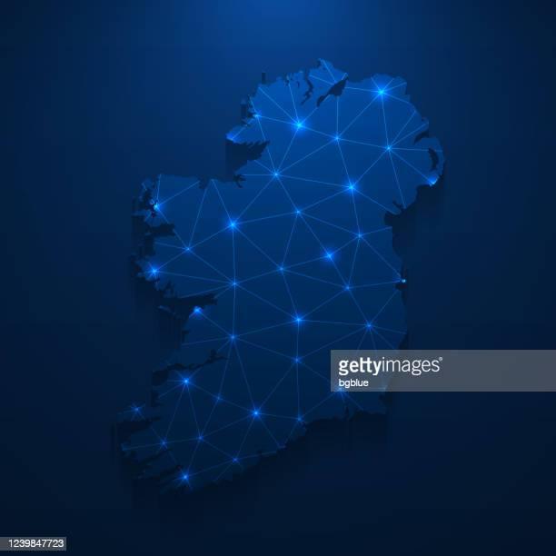 irland kartennetz - helles netz auf dunkelblauem hintergrund - dublin irland stock-grafiken, -clipart, -cartoons und -symbole