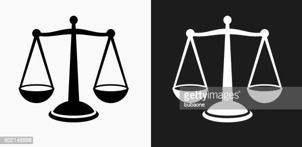 ilustraciones, imágenes clip art, dibujos animados e iconos de stock de justicia equilibrio icono en blanco y negro vector fondos - balanzas de la justicia