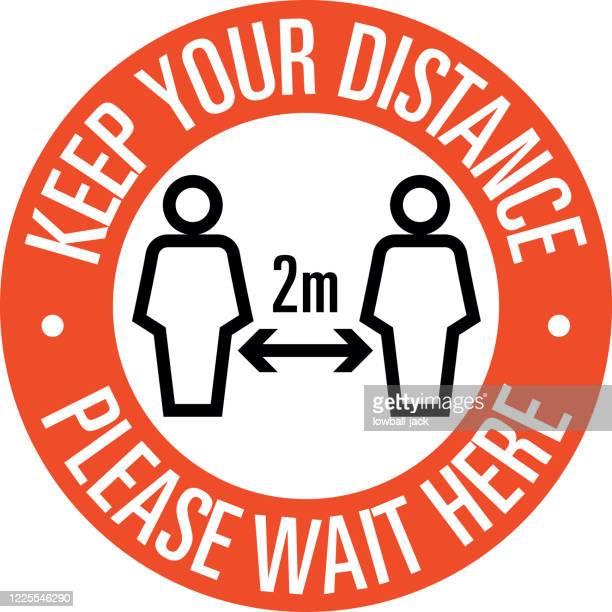 illustrations, cliparts, dessins animés et icônes de gardez vos distances, s'il vous plaît attendre ici signe protéger la société. distanciation sociale les uns des autres pendant la pandémie d'infection de coronavirus - prophylaxie