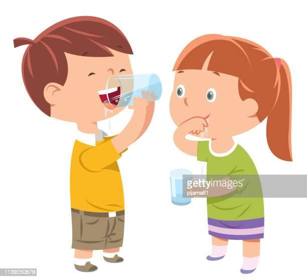 小さな男の子と女の子が水を飲む - 姉妹点のイラスト素材/クリップアート素材/マンガ素材/アイコン素材