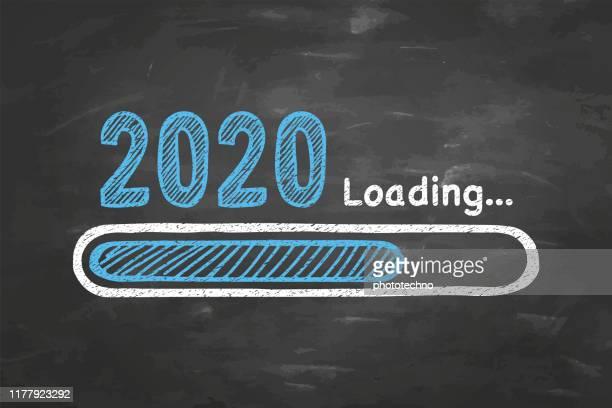 laden des neuen jahres 2020 auf dem hintergrund der tafel - beladen stock-grafiken, -clipart, -cartoons und -symbole