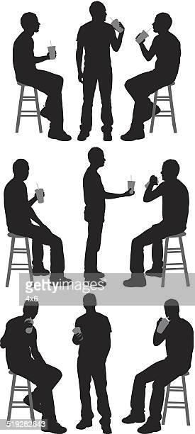 Mann trinkt etwas