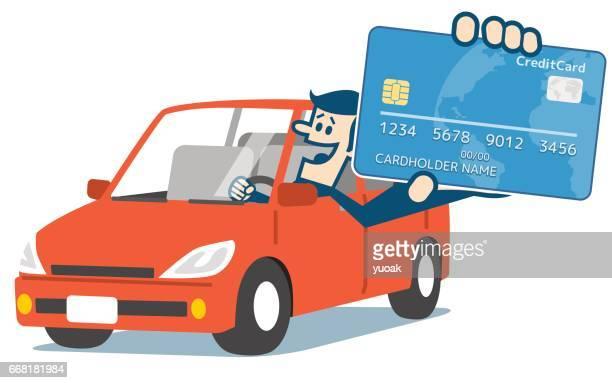 Hombre en el coche y tarjeta de crédito