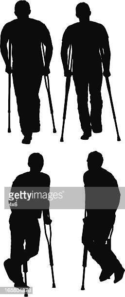 Hombre caminando con la ayuda de crutches