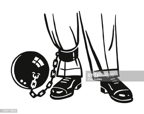 ilustraciones, imágenes clip art, dibujos animados e iconos de stock de hombre con una bola y la cadena enganchada a su tobillo - bola de hierro y cadena