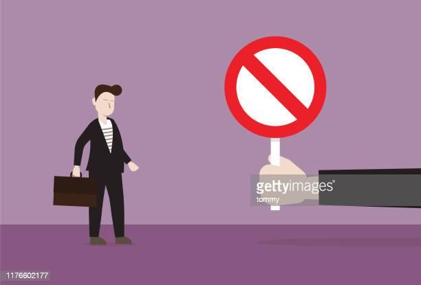 illustrations, cliparts, dessins animés et icônes de le gestionnaire montrent le signe d'interdiction à l'homme d'affaires - panneau sens interdit