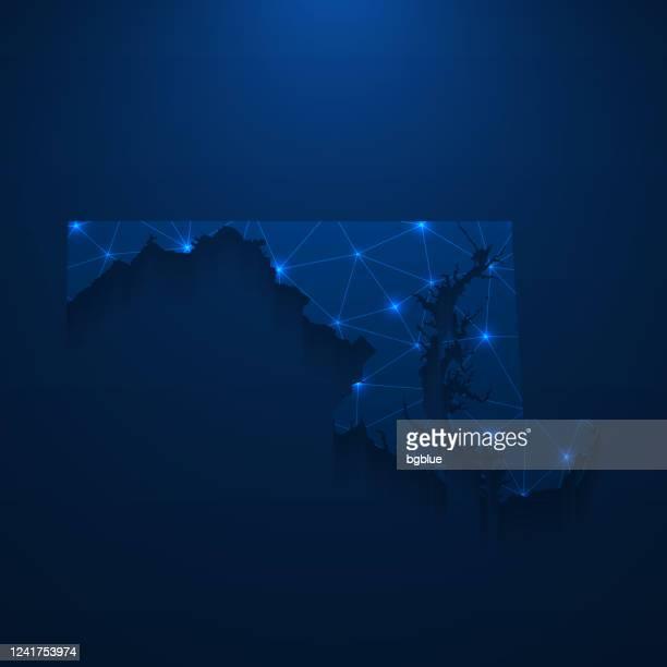 illustrazioni stock, clip art, cartoni animati e icone di tendenza di rete mappa maryland - mesh luminosa su sfondo blu scuro - maryland stato