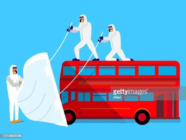 医療従事者は、赤いダブルデッカーバスの前面に保護マスクを装着します。 - セントラル・ロンドン点のイラスト素材/クリップアート素材/マンガ素材/アイコン素材