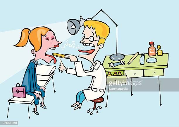Medico examinando la garganta de una paciente