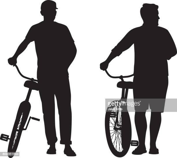 illustrations, cliparts, dessins animés et icônes de hommes qui se trouvaient avec des silhouettes de bicyclettes - tenir