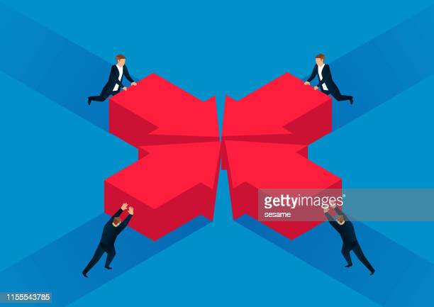 マージ、同じ目標、4人のビジネスマンが一緒に矢印をプッシュ - 合併点のイラスト素材/クリップアート素材/マンガ素材/アイコン素材