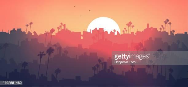 ilustrações, clipart, desenhos animados e ícones de skyline tropical mínimo da cidade com palmeira no por do sol - panorâmica