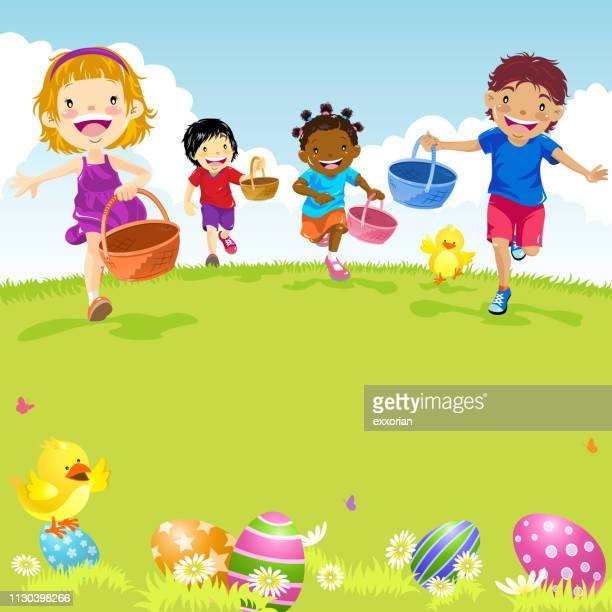 Multi-ethnischen Kinder spielen Easter Egg Hunt