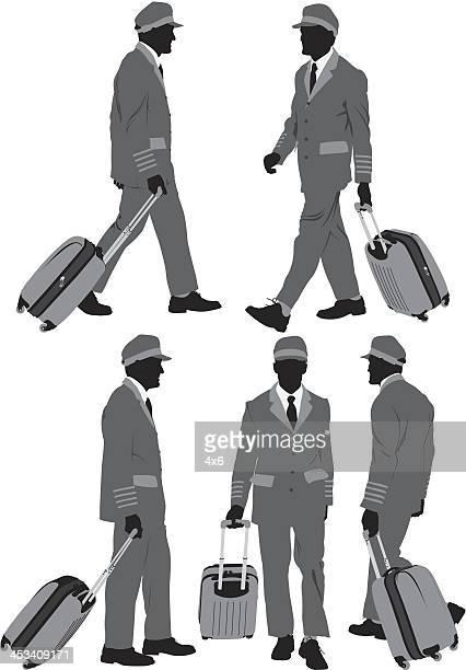 Plusieurs images d'un pilote d'avion avec ses bagages