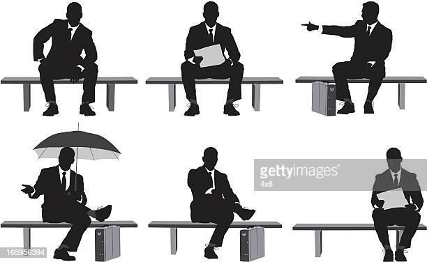 Mehrere Bilder von Geschäftsmann sitzt auf einer Bank