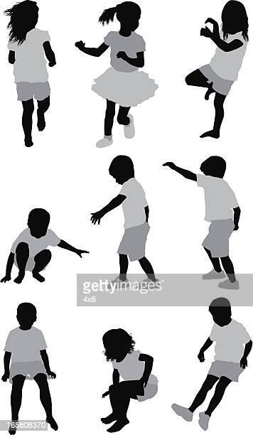Plusieurs images d'enfants jouant