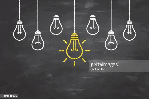 neue ideenkonzepte mit glühbirne auf blackboard-hintergrund - glühbirne stock-grafiken, -clipart, -cartoons und -symbole