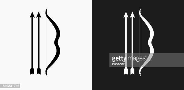 ilustraciones, imágenes clip art, dibujos animados e iconos de stock de un arco y dos flechas icono en blanco y negro vector fondos - arco y flecha