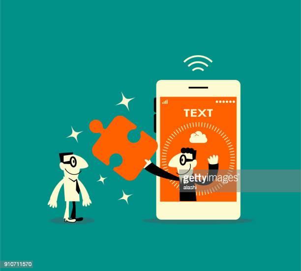 Een lachende zakenman binnen een slimme telefoon (mobiele telefoon), een stukje van de puzzel (oplossing) tonen aan een andere man