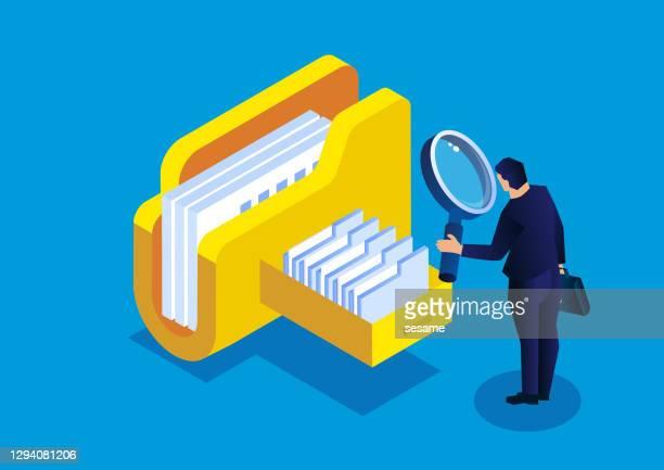 オンラインクラウドファイルのクエリと管理、ファイルを見つけるために虫眼鏡を持っている等角化ビジネスマン - リング式ファイル点のイラスト素材/クリップアート素材/マンガ素材/アイコン素材