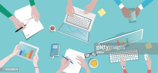 overhead-illustration von geschäftsleuten um schreibtisch - brainstorming stock-grafiken, -clipart, -cartoons und -symbole