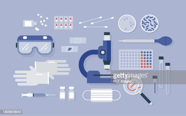 illustrazioni stock, clip art, cartoni animati e icone di tendenza di vista aerea delle attrezzature di laboratorio di ricerca medica ordinate in modo ordinato - microscopio