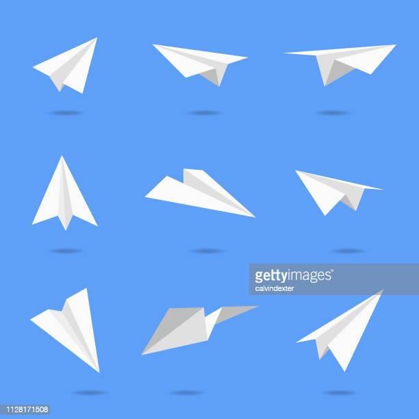 ilustraciones, imágenes clip art, dibujos animados e iconos de stock de diseños de aviones de papel - grupo de objetos
