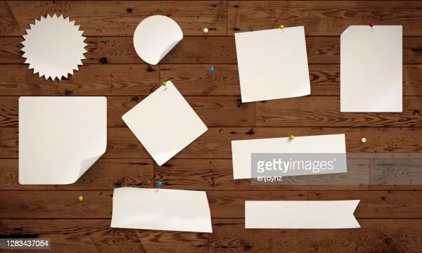 木製背景に紙のメモ - 情報伝達サイン点のイラスト素材/クリップアート素材/マンガ素材/アイコン素材