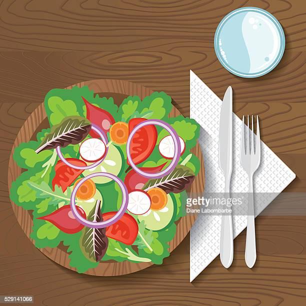 紙皿の料理、木の背景
