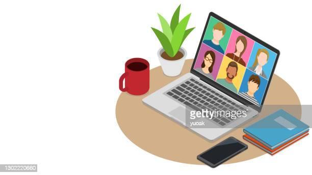 ilustraciones, imágenes clip art, dibujos animados e iconos de stock de videoconferencia de personas en el ordenador portátil - compromiso de los empleados