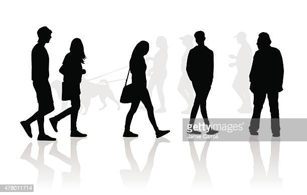 Personnes marchant silhouettes