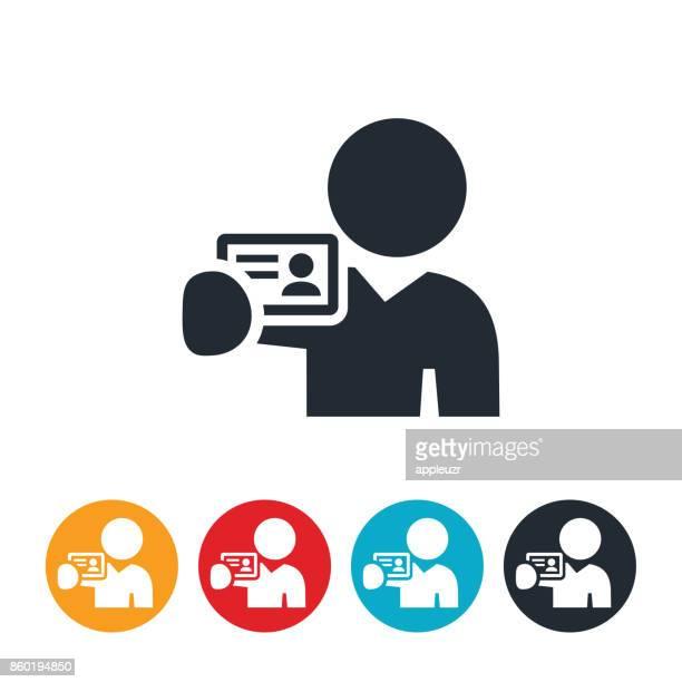 illustrations, cliparts, dessins animés et icônes de personne qui détient sur l'icône de la carte de visite - permis de conduire