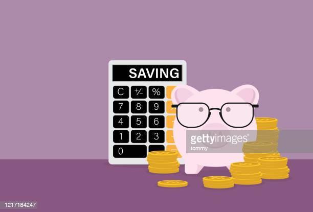 stockillustraties, clipart, cartoons en iconen met de spaarvarken draagt brillen met een stapel muntstukken en een calculator - rekenmachine