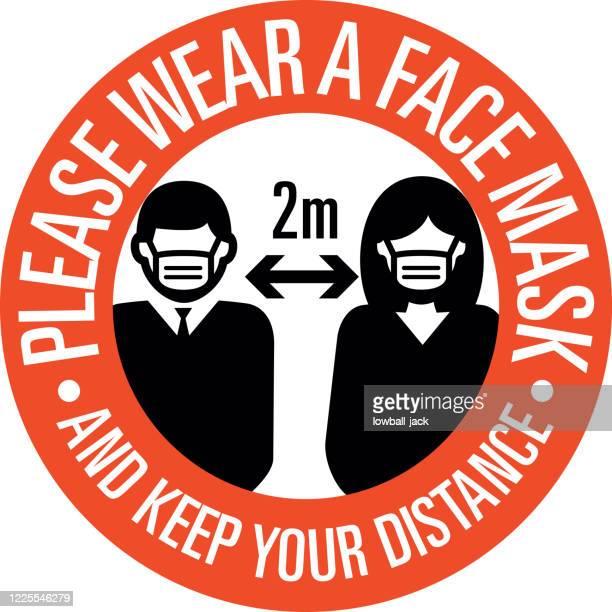 illustrations, cliparts, dessins animés et icônes de s'il vous plaît porter un masque facial et vous garder signe à distance protéger la société. distanciation sociale les uns des autres pendant la pandémie d'infection de coronavirus - prophylaxie
