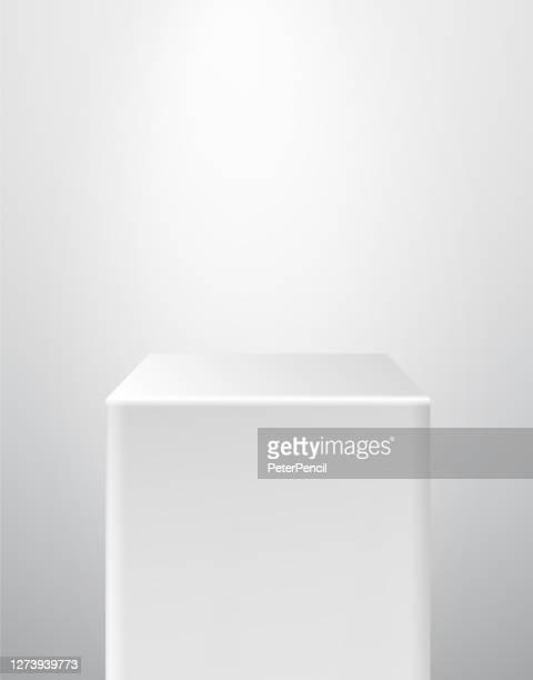 podium pedestal museum bühne. realistische vektor. geometrische leere 3d-spotlight-ständer. würfel prisma. - museum stock-grafiken, -clipart, -cartoons und -symbole