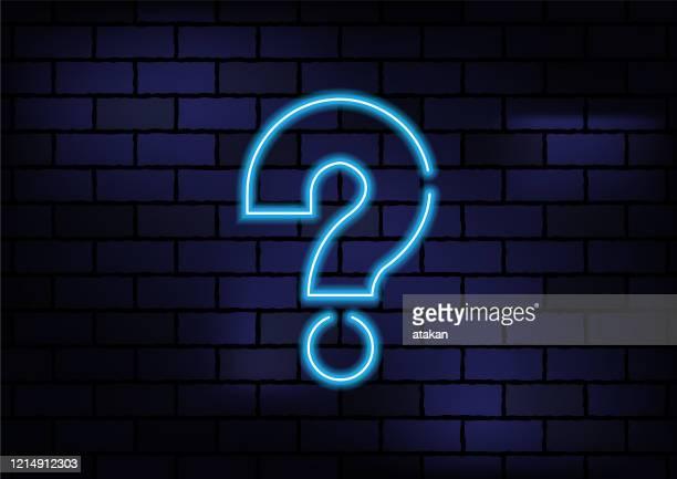 fragezeichen symbol blau neon licht auf dunklen ziegelwand - frage und antwort stock-grafiken, -clipart, -cartoons und -symbole