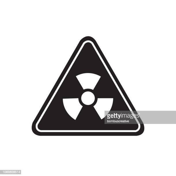 ilustraciones, imágenes clip art, dibujos animados e iconos de stock de vector de señal radiactiva - bomba nuclear