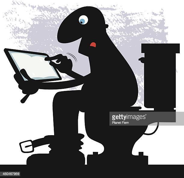 Reader assis avec tablette sur la cuvette des toilettes