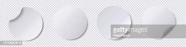 realistische papieraufkleber - runde klebstoff tags - gewickelt weißes papier lesezeichen - leere etiketten - vektor stock illustration - aufkleber stock-grafiken, -clipart, -cartoons und -symbole