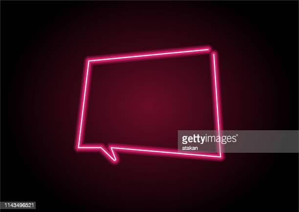 stockillustraties, clipart, cartoons en iconen met rode toespraak bubble neon licht op zwarte muur - fluorescerende