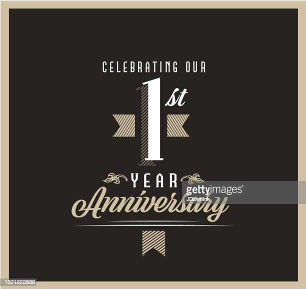 黒の背景にレトロとヴィンテージ1周年記念ラベルのデザイン - 1周年点のイラスト素材/クリップアート素材/マンガ素材/アイコン素材