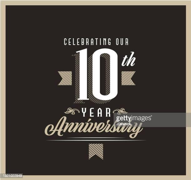 黒の背景にレトロとヴィンテージ10周年記念ラベルデザイン - 10周年点のイラスト素材/クリップアート素材/マンガ素材/アイコン素材